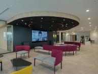 2021年5月に移転した東京・田町の東京支社。受付エリアにコラボレーションスペースの「エクスペリエンスセンター」を設け、大型ディスプレイを備えた。「オープンイノベーションを意識した空間づくりを提案した。リアルイベントでも活用できるだろう」(劉氏)