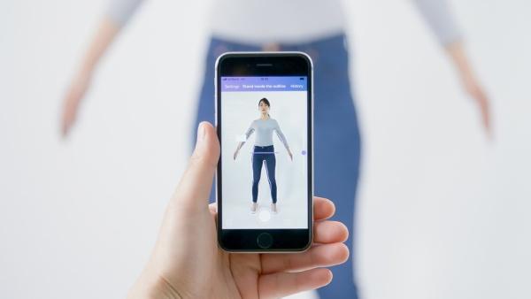 スマホを使い、2枚の全身写真と身長・体重データから採寸する「Bodygram」(写真:Bodygram Japanのプレスリリース)