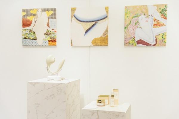 会場のキービジュアルは、現代アーティストのKAORUKO氏が担当。女性が美しい下着やコスメに彩られている作品が、フェムテック製品とともに展示された