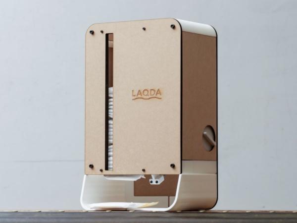 わたしの暮らし研究所が開発した生理用ナプキンディスペンサー「LAQDA」。写真は「DMM.make AKIBA」での実証実験に用いたタイプ(撮影:加藤 康)