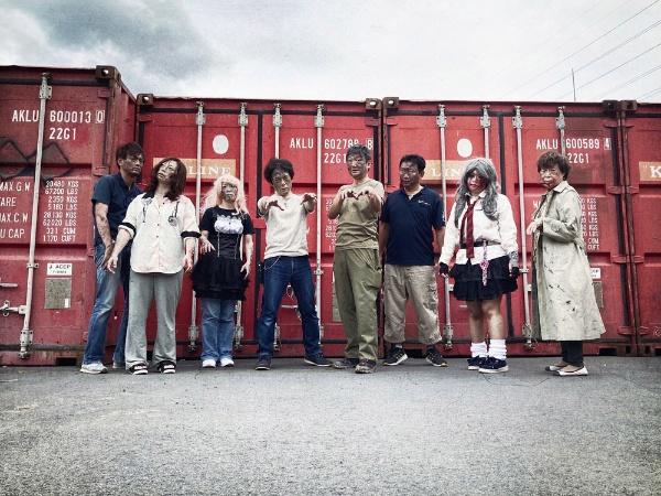門真市シルバー人材センターの会員さんが出演するゾンビ映画。撮影現場での一枚(提供:門真市シルバー人材センター)
