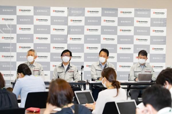 島津製作所本社で記者会見を実施(写真:今 紀之、以下同)