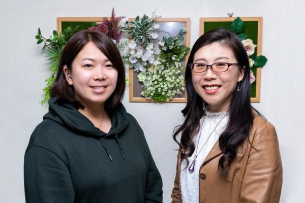 補聴器デコチップの発案者である松島亜希氏(写真左)と「彩希(あき)~Beautiful Ear~」代表の北村美恵子氏。この日が初めての顔合わせだった