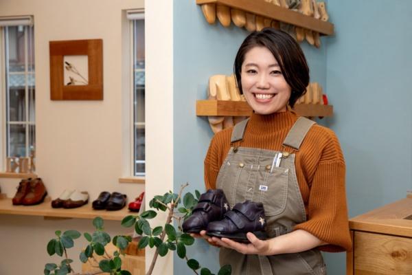 「&MIKI」代表の菅野ミキ氏。手に持っているのは星のモチーフが着いた子ども用の整形医療靴(写真:早川 マナ、以下同)