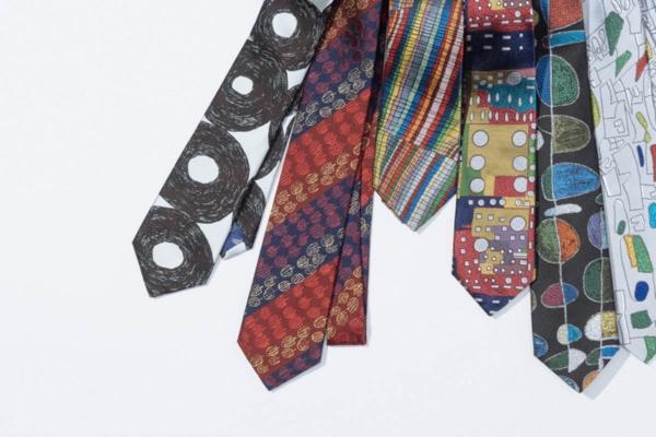 ヘラルボニーが商品化したネクタイ。絵柄には知的障害のあるアーティストが描いたアート作品を使っている(出所:ヘラルボニー)