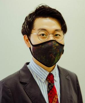 ヘラルボニー創業者CEOの松田崇弥氏。同氏が着用している「リバーシブルアートマスク」にはアーティスト・坂本大知氏の作品「ギザギザ」が配されている。本商品はクラウドファンディングサイト「READYFOR」で販売した。募集開始から日を待たずに第1目標金額である100万円を達成し、第2目標を300万円に設定して募集、締切日の7月26日に合計322万8600円を集めて終了した(写真:ULYSSES AOKI)
