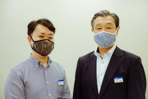 大日本印刷労働組合などDNPグループ労連に加盟する労働組合は2020年7月、ヘラルボニーのリバーシブルアートマスクを2450枚購入し、組合員に配布すると発表した。同組合とヘラルボニーの縁は、同組合が上記の「未来言語」を導入・実施したのがきっかけという。導入プロジェクトを企画した大日本印刷労働組合職場対策推進部長の長山泰祐氏(左)は「労働組合としても社会貢献活動は重要テーマの1つ。その有効な取り組みとしてアートマスクの導入を考えた」と話す。また同組合執行委員長の別府直之氏(右)は「組合員が新しい時代性への理解を深め、自らのアイデンティティを向上させるという側面で捉えた場合にも、知的障害がおありの方々が関わっているアートマスクの導入はインパクトがあると認識している」とその意義を語る(写真:ULYSSES AOKI)