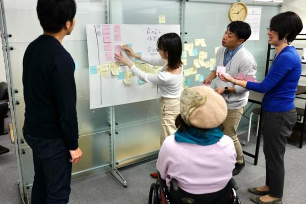 東京のインクルーシブデザイン・ソリューションズ社内で開催したワークショップ体験会の様子。参加者らはリードユーザを交えて課題を発見・整理し、解決策のアイデアを練っていく(出所:インクルーシブデザイン・ソリューションズ)