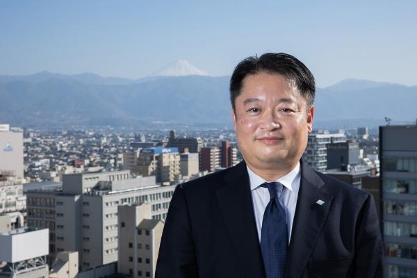 山梨県知事の長崎幸太郎氏。県庁の屋上ヘリポートより富士山をバックに(写真:吉成 大輔、以下同)