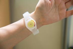 関根教授が開発した「アンモニア・インジケータ」。腕時計のように装着すると、血管から皮膚表面に揮発する皮膚ガスを集める。皮膚ガスのうち、アンモニアを検知するようつくられた黄色い検知部の変色を観察。肉体的・精神的疲労がある場合はピンク色になり、濃い紫色になるとかなり疲労が蓄積していると判断する。「アンモニア・インジケータ」は臨床研究で活用中(写真:福知彰子、以下同)