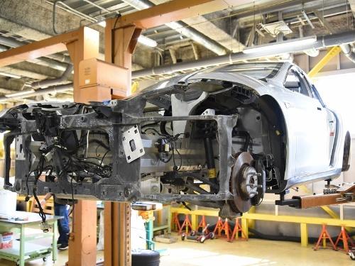 「モデルS」のホワイトボディはアルミ合金製。ラジエーターサポートがマグネシウム合金の鋳造品だった。