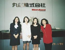 丸紅に勤めていた頃の浅野さん(一番右)。当時の同僚たちと