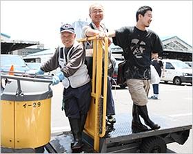 河岸のファッションはゴム長で決まり! (写真:山田 愼二)