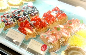 カフェタナカの人気菓子、イチジクのタルトや色とりどりのケーキ (写真:早川俊昭)