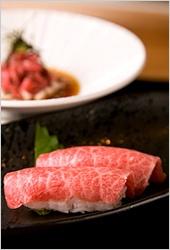 宿の自慢のコース料理。ほとんどの料理に米沢牛の様々な部位を使っている