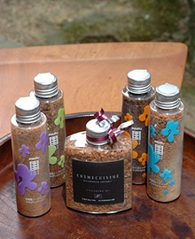 ソイソルトは、三年醸造、うすくち、青唐辛子&ニンニク、オニオン&ニンニクの4種類。中央は、イタリアン「タツヤ・カワゴエ」とのコラボレート商品「バルサミコソイソルト」(限定発売)