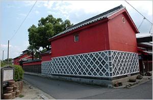 べんがら色のもろみ蔵は、引田の町並みのシンボルでもある