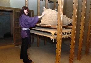 麹室では、14段重ねしたむしろの上で麹を熟成させる。天井や窓の開閉で温度や湿度を調整
