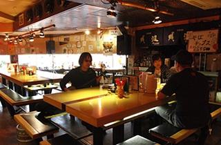 古酒と沖縄料理の店 島唄楽園の店内(写真:山田 愼二)