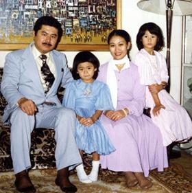 小学生時代、家族と一緒に(宮田さんは一番右)