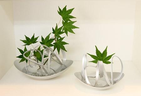 坂本さんが最初につくったアルアートの花器「花あそび」に葉を生けたところ
