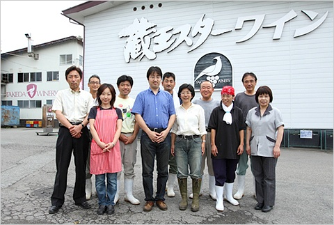 タケダワイナリーのスタッフたちと。岸平さんの左横が夫の和寛さん(写真:山田 愼二)
