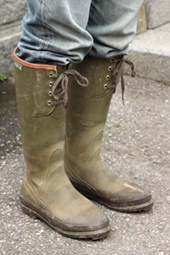 畑に出る時の岸平さんのスタイル。仏エーグル製ブーツと、腰には愛用の剪定ハサミ(写真:山田 愼二)