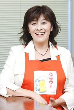 博水社代表取締役社長の田中秀子さん。ハイサワーのロゴ入りエプロンをかけて(写真:いずもと けい)