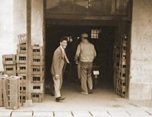 目黒にあった博水社の工場。ガラスビンを木箱に入れている。ペットボトルの登場など考えられない時代