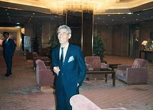 ハイサワーの生みの親、父の田中専一さん。1986年、ハイサワー販売キャンペーンでのショット