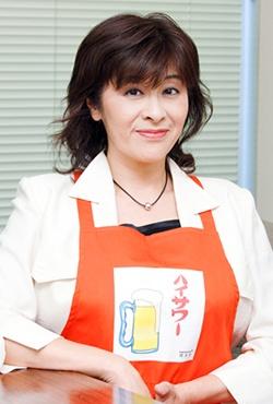 ハイサワーのロゴの入ったエプロンをかけた田中さん(写真:いずもと けい)