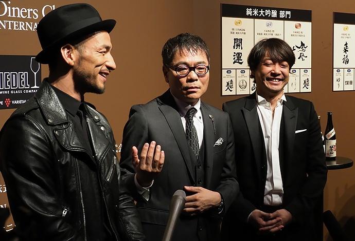 表彰式後にコメントを求められる中田英寿さん、いとうせいこうさん、水野学さん