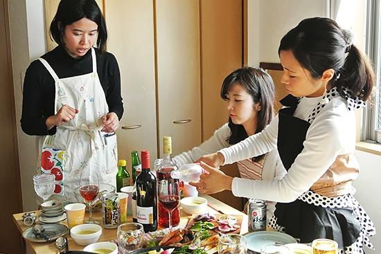 女子たちに人気のお酒はカンパリ。ソーダやトニックウォーター、グレープフルーツなどで割って自分好みの味に仕上げます