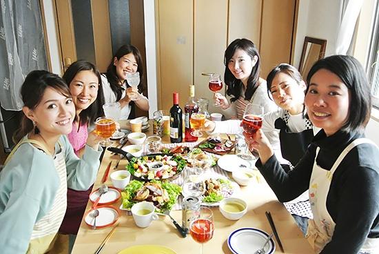 できたての「キクイモのホクホク揚げ」「彩り季節野菜のフリット」「発酵バーニャカウダ」を囲んで、お酒を片手に乾杯!