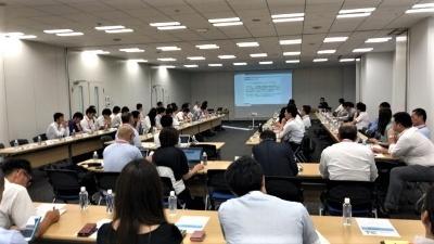 日経BPは小売電気事業者の会員組織「日経エネルギーNextビジネス会議」を運営している。写真は8月の定例会合の様子