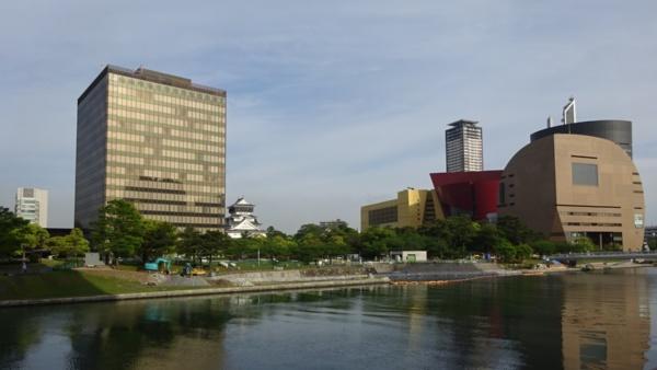 苦境にあえぐ新電力が少なくない中、北九州パワーは着実に成長している。写真左は北九州市役所