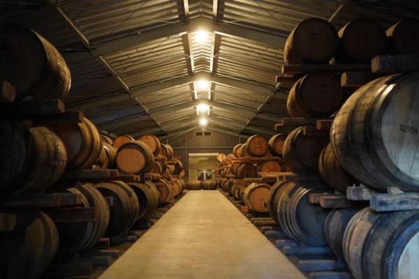 ベンチャーウイスキーの秩父蒸留所で熟成を待つウイスキー樽(写真:塩見なゆ)