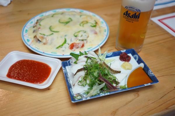ひろめ市場には名物のかつお料理だけでなく、珍しいウツボたたき(写真の右下)、インド料理などもあり、さまざまなジャンルの飲食を楽しめる(写真:塩見なゆ)