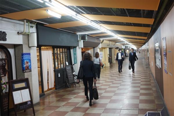 名古屋市営地下鉄東山線の伏見駅の改札口から見た伏見地下街(写真:塩見なゆ)