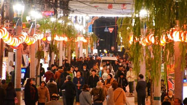 たくさんの提灯の明かりがニシタチをともす。撮影は2018年12月末(写真:宮崎市)