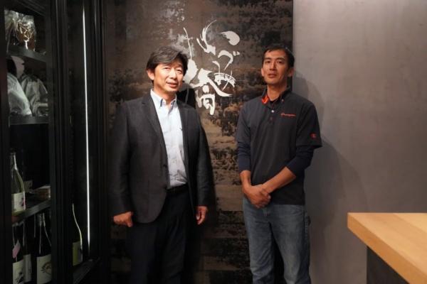 泉橋酒造六代目蔵元の橋場友一さん(左)と、契約栽培を行っている農家の池上貴明さん(写真:塩見なゆ)