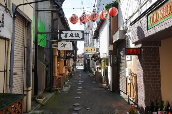 青森県八戸市にある横丁の一つ「たぬき小路」(写真:塩見なゆ)