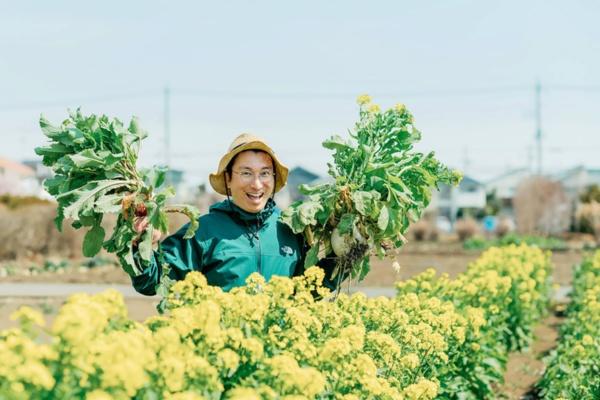 菜の花畑で農作業のお手伝いをする南部良太さん(写真撮影:榊原彰さん)