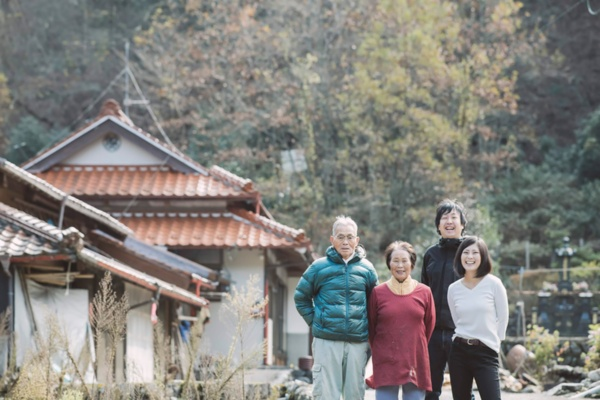 黒い服の男性が日野正基さん。その右の女性が奥様の望生さん。左は望生さんの祖父・祖母