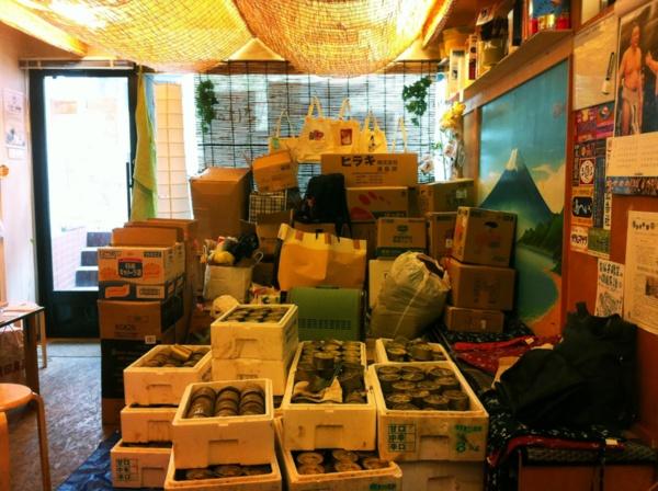 当時の「さばのゆ」店内の様子。経堂から石巻に送る支援物資と、石巻の木の屋石巻水産から送られてきた泥まみれの缶詰を積み上げていた(写真撮影:筆者)