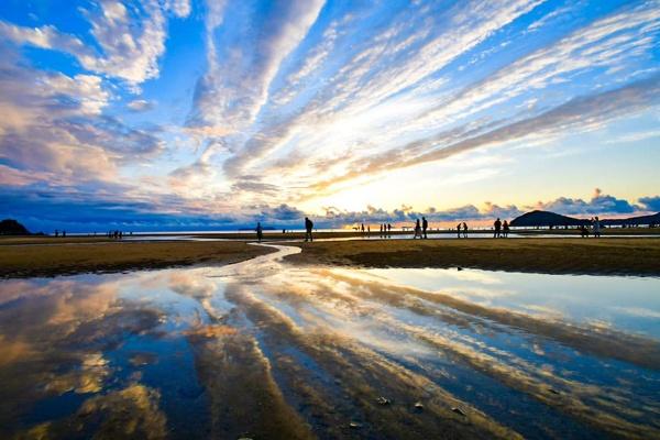 父母ヶ浜(ちちぶがはま)。遠浅の海岸は波が静かで、凪になると海面は鏡のようになる(写真提供:今川宗一郎氏)