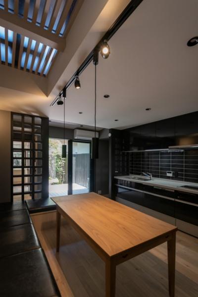 「道楽町家(DO-RAKU MACHIYA)」のLDK。2階の透明な床を通して光が差し込む(写真提供:八清)