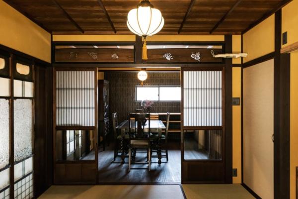 「三井寺のそばの大津町家」(2019年6月改修)。手の込んだ欄間や型板ガラスの引き戸を活用している(写真提供:八清)