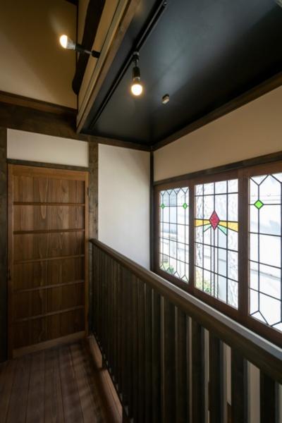 「大正の面影薫る京町家」(2019年8月改修)。ステンドグラスの窓が印象的だ(写真提供:八清)