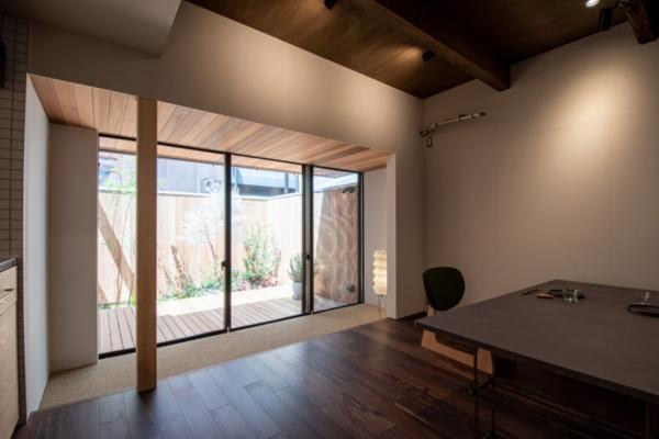 「リビングが広がる家」(2020年4月改修)。LDKの床を一段下げ、外部の木デッキと連続させている(写真提供:八清)
